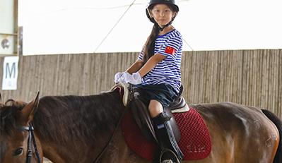 马儿很温顺也很可爱,因此很多孩子都想体验一下骑马带来的乐趣.